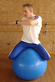 Exercice de gainage au ballon de gym (à cheval)