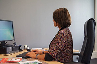 Bonne posture au bureau : dos et nuque droits