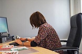 Mauvaise posture au bureau : dos et nuque courbés